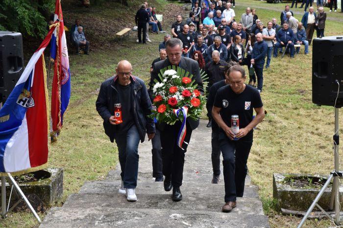 HSP i HOS Osječko baranjske županije nazočiili Komemoraciji na Crnom potoku, mjestu komunističkog zla i bestijalnosti.